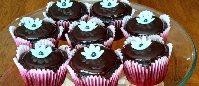 Mini cupcakes with ganache.